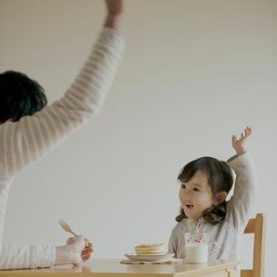 ホットケーキを食べる女の子と父親の写真素材 [FYI02848611]