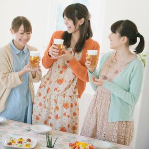 ビールを持ち談笑をする3人の女性の写真素材 [FYI02848636]