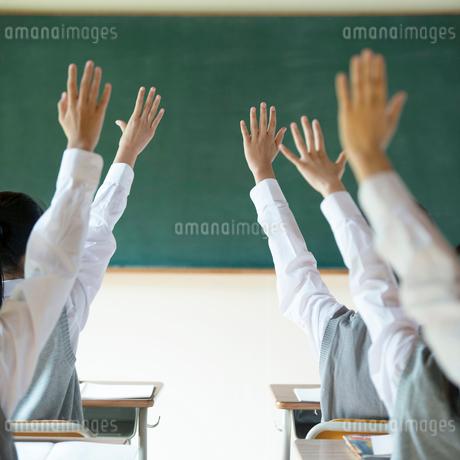 手を挙げる中学生の手元の写真素材 [FYI02848649]