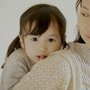 母親におんぶをされる女の子の写真素材 [FYI02848713]