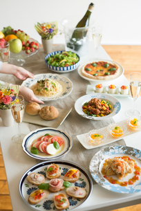 パーティー料理を並べる女性の手元の写真素材 [FYI02848718]