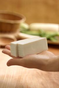 手で持った豆腐の写真素材 [FYI02848720]