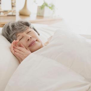 ベッドで眠るシニア女性の写真素材 [FYI02848724]