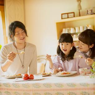 食事をする親子の写真素材 [FYI02848729]
