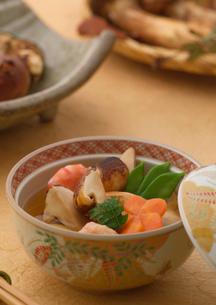 ふたを取った松茸の土瓶蒸しの写真素材 [FYI02848734]