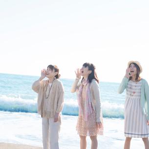 波打ち際で叫ぶ3人の女性の写真素材 [FYI02848785]