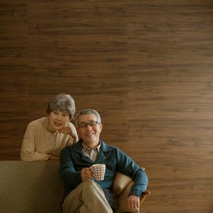 ソファで微笑むシニア夫婦の写真素材 [FYI02848798]