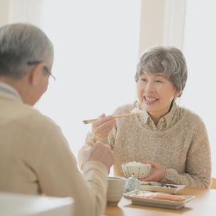 朝食を食べるシニア夫婦の写真素材 [FYI02848855]