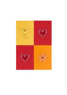 ビーズとスパンコールの4つの花とハート クラフトの写真素材 [FYI02848882]
