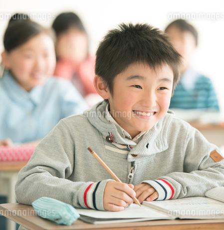 教室で勉強をする小学生の写真素材 [FYI02848918]