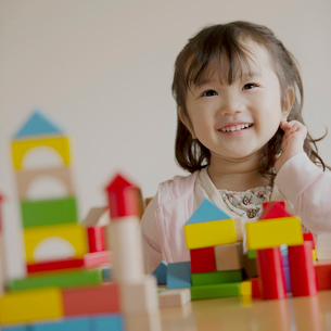積み木で遊ぶ女の子の写真素材 [FYI02848963]