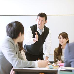 英会話教室の授業風景の写真素材 [FYI02848979]