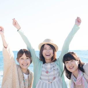 海ではしゃぐ3人の女性の写真素材 [FYI02849023]