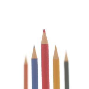 上を向いて並べた5本の色えんぴつ クラフトの写真素材 [FYI02849026]