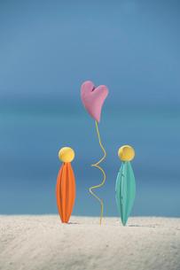 砂浜に浮かぶハートとオブジェ クラフトの写真素材 [FYI02849036]