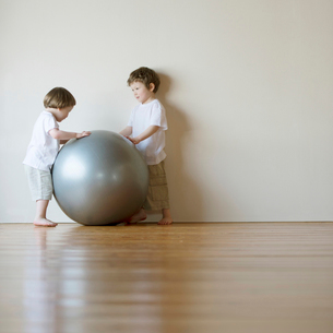 ボールで遊ぶハーフの兄弟の写真素材 [FYI02849042]