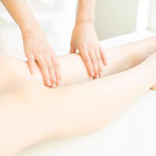 エステでマッサージを受ける女性の足元の写真素材 [FYI02849078]