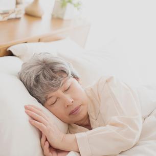 ベッドで眠るシニア女性の写真素材 [FYI02849094]