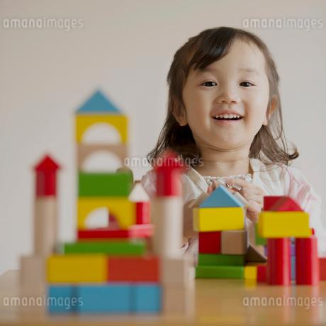 積み木で遊ぶ女の子の写真素材 [FYI02849129]