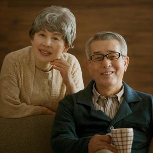 微笑むシニア夫婦の写真素材 [FYI02849132]