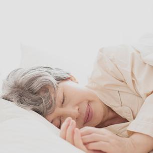 ベッドで眠るシニア女性の写真素材 [FYI02849134]