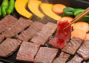 鉄板で返した焼き肉の写真素材 [FYI02849162]