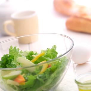 朝食と野菜サラダの写真素材 [FYI02849171]