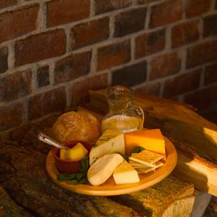 薪の上の乳製品の写真素材 [FYI02849178]