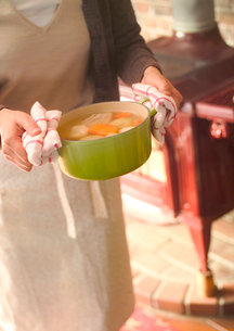 ポトフを運ぶ女性の写真素材 [FYI02849179]