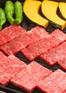 鉄板に並べた焼き肉の写真素材 [FYI02849198]