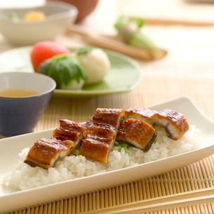 鰻料理とテーブルセットの写真素材 [FYI02849209]