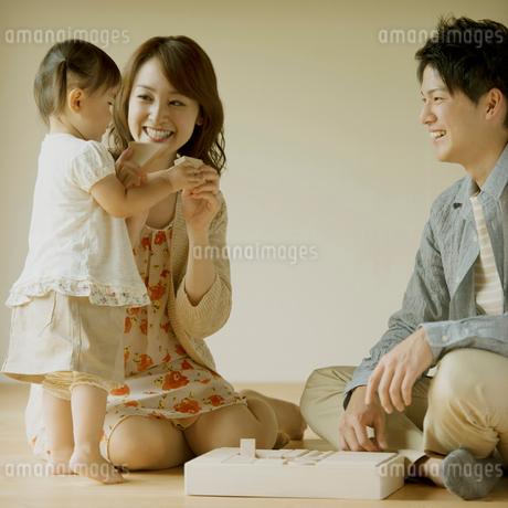 積み木で遊ぶ家族の写真素材 [FYI02849255]