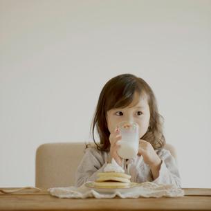 牛乳を飲む女の子の写真素材 [FYI02849264]