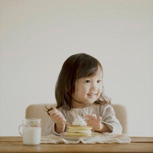 ホットケーキを食べる女の子の写真素材 [FYI02849267]