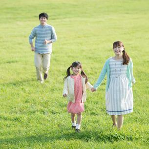 草原を歩く親子の写真素材 [FYI02849268]