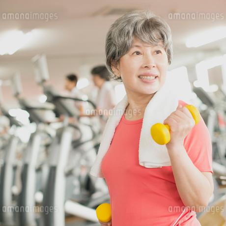 ジムで運動をするシニア女性の写真素材 [FYI02849269]