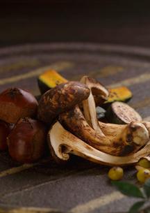 皿盛り焼松茸の写真素材 [FYI02849339]