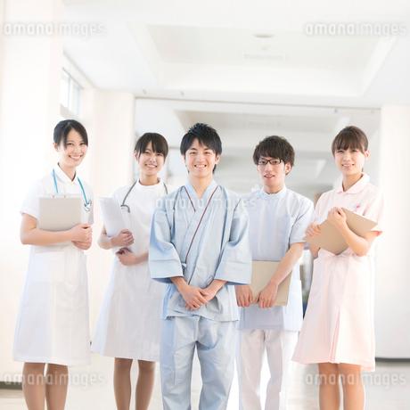 病院のロビーに並ぶ医療スタッフと患者の写真素材 [FYI02849348]