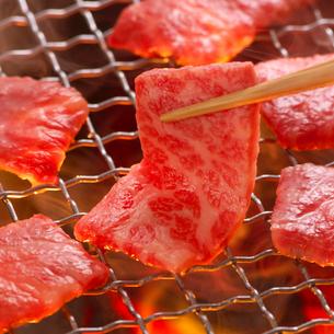 網に乗せる肉の写真素材 [FYI02849349]