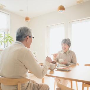 朝食を食べるシニア夫婦の写真素材 [FYI02849367]