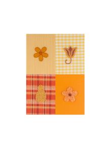 ビーズとスパンコールの4つの花と果実 クラフトの写真素材 [FYI02849372]
