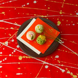 和紙の上の和菓子の写真素材 [FYI02849405]