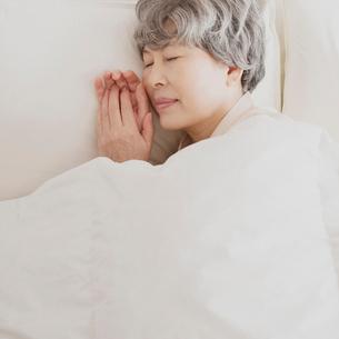 ベッドで眠るシニア女性の写真素材 [FYI02849409]