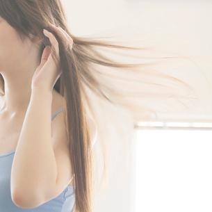 髪を乾かす女性の手元の写真素材 [FYI02849411]