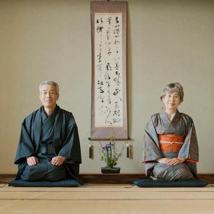 和室で正座をするシニア夫婦の写真素材 [FYI02849425]