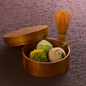 和菓子と茶筅の写真素材 [FYI02849430]