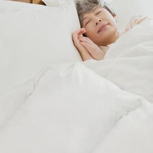 ベッドで眠るシニア女性の写真素材 [FYI02849446]