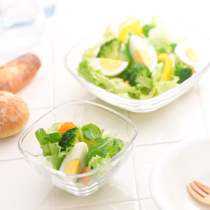 朝食と野菜サラダの写真素材 [FYI02849455]
