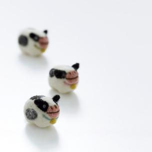 3頭のウシ クラフトの写真素材 [FYI02849568]