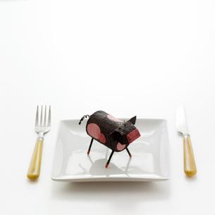 食卓の上のウシ クラフトの写真素材 [FYI02849577]